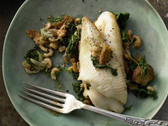 Gebratene Schollenfilets mit Krabben, Spinat und Croûtons: Schön leicht, schön einfach und richtig raffiniert - Schollenfilets sind perfekt für Gäste!