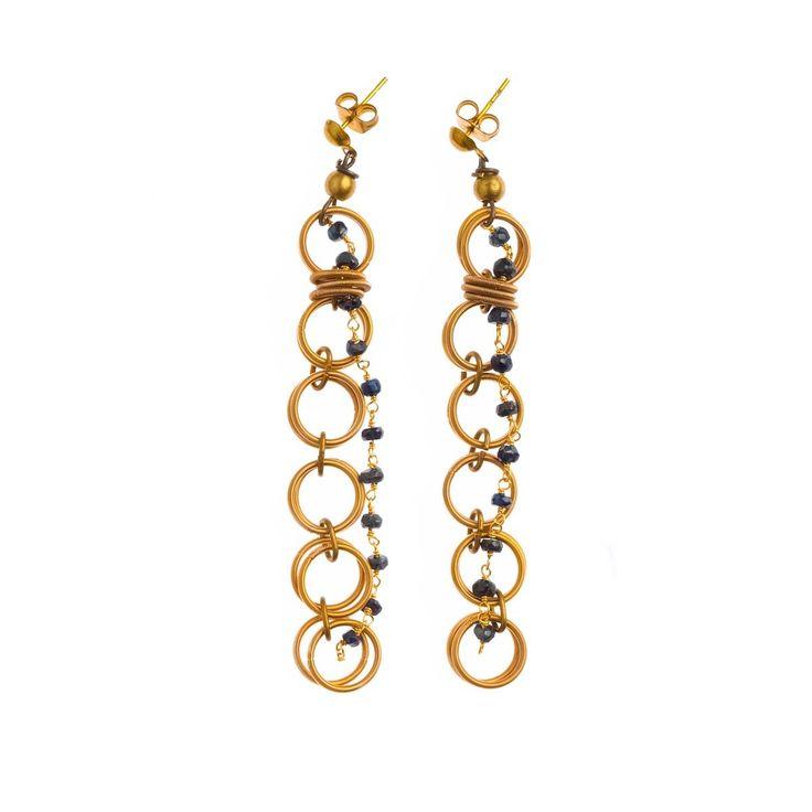 MARU Orecchini in acciaio con bagno in oro con filo pietre (zaffiro) con elementi in ottone.