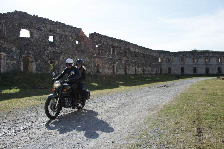 Punto d'incontro di cultura, tradizione e turismo, la provincia di Cuneo è un territorio vasto e variegato, che merita di essere conosciuto a fondo. Noi lo abbiamo fatto e, grazie alla guida di Moto Raid Experience, siamo andati alla scoperta della Via del Sale
