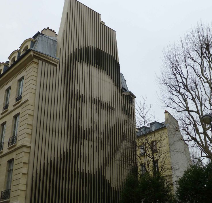 """Portrait of Saint Vincent de Paul in 1987 by Yvaral. With aluminum blades, this portrait located rue du Faubourg Saint Denis, is the work of the French artist Jean-Pierre Vasarely, said Yvaral.""""Son of the famous Hungarian-born painter Victor Vasarely, he takes the name of Yvaral to acquire a personal recognition. What is even more difficult that it committed its not paternal footsteps, by combining mathematical and optical art."""