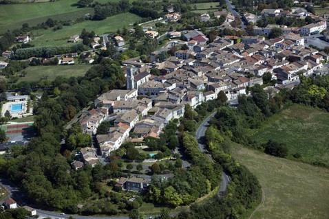 Castilonnès  Castillonnès is een gemeente in het Franse departement Lot-et-Garonne (regio Aquitanië) en telt 1491 inwoners (2004). De plaats maakt deel uit van het arrondissement Villeneuve-sur-Lot.