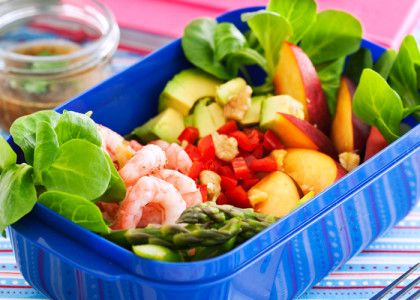 Lunchsallad med räkor, avokado, sparris och nektarin