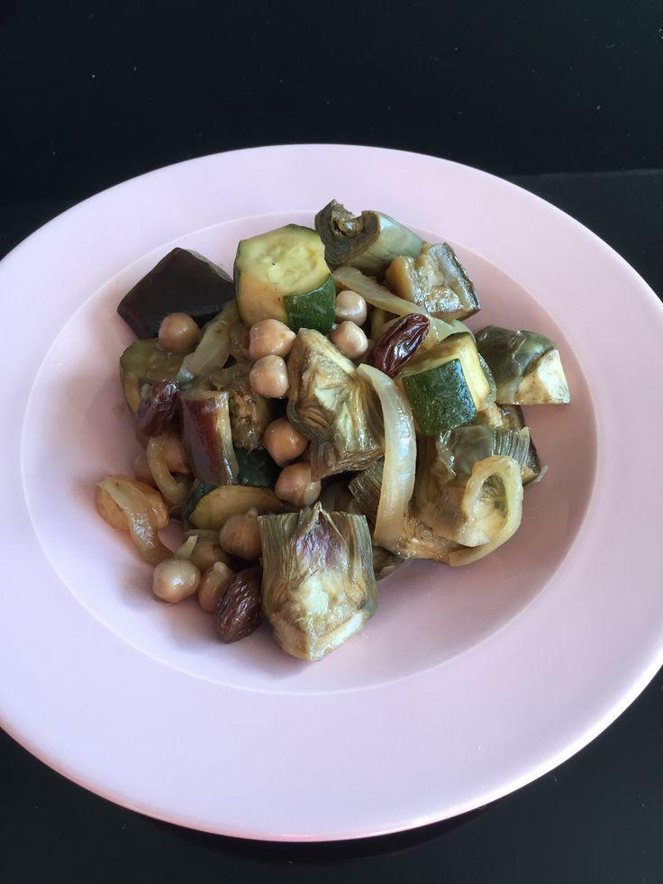 Imprimer cette recette  En général, je mange les artichauts violet cru dans une salade avec des tomates, des anchois … et j'adore !! Lorsque j'ai fait mon marché, il y avait des beaux artichauts violet, vraiment pas cher ! J'avais envie de les mange cuits, avec des légumes et de la semoule … donc  …  Voir la recette →