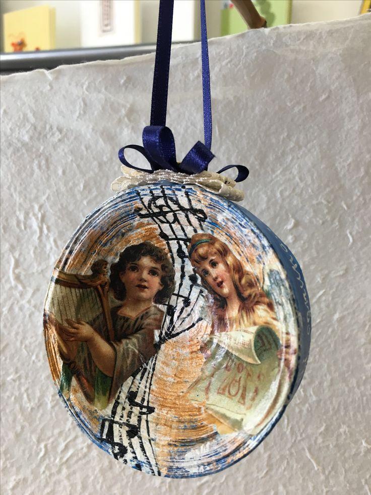 Siamo entrati nel mese Natalizio, e per voi ecco un'altra piccola anticipazione del Natale del Mastrocartaio!!  Pallina in carta realizzata e dipinta a mano, per rendere il vostro albero unico!