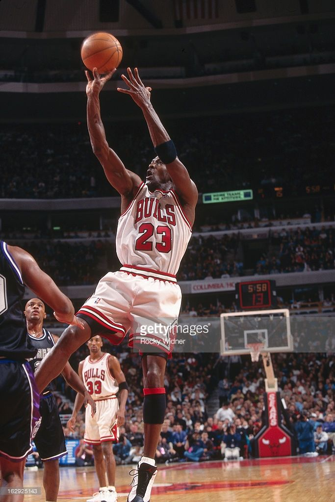 Fotografía de noticias : Michael Jordan of the Chicago Bulls shoots...