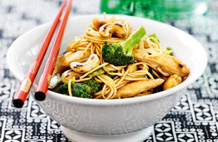 Gör en enkel kycklingwok med nudlar, cashewnötter och broccoli.