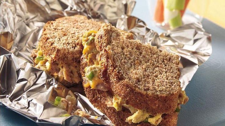 ¡Agrega crujidos a tu almuerzo! Sirve palitos de zanahoria y apio con chips de verduras en estos riquísimos sándwiches.