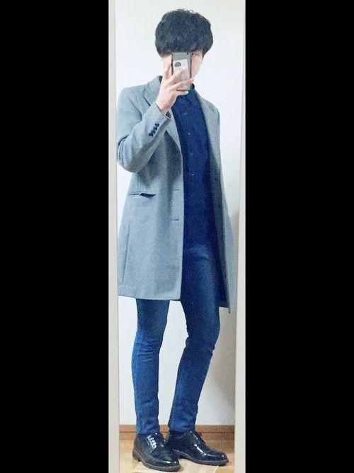 青シャツに青デニムで境目を曖昧にして、 そのうえチェスターコートを着ることで、 スタイルが良く見える