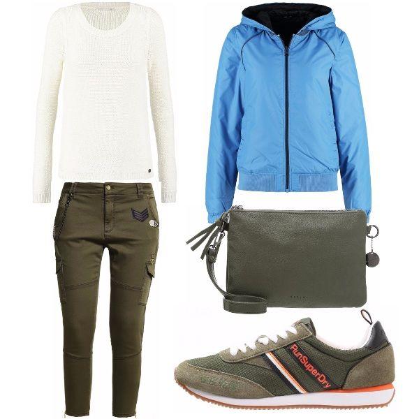 Un anteprima dell'autunno con l'outfit composto da pantaloni jeans verde militare, sneakers e maglioncino a maglia larga. Immancabile la giacca da mezza stagione con cappuccio.