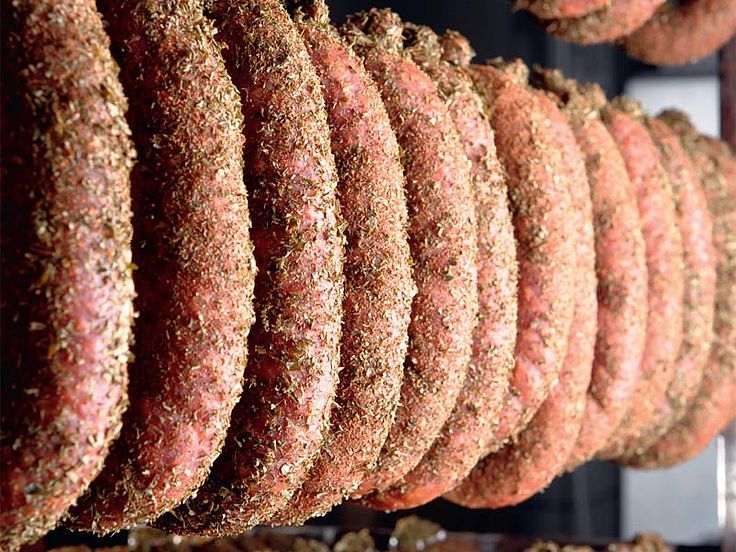 Die Zillertaler Wurstspezialitäten gehören zum Tal wie die Berge und die Musik. Viele Gäste schätzen die hausgemachten Produkte der Metzgerei Gasser deshalb nicht nur zum Frühstück in ihrer Pension oder ihrem Hotel, sondern nehmen sich die schmackhaften Produkte auch gern mit nach Hause. In der Familie Gasser werden die knackigen Würste wie Kräuterbeißer, Landjäger, Pfefferbeißer, Knoblauchstangerl oder Kaminwurzn noch nach alter Väter Sitte und Methode hergestellt.