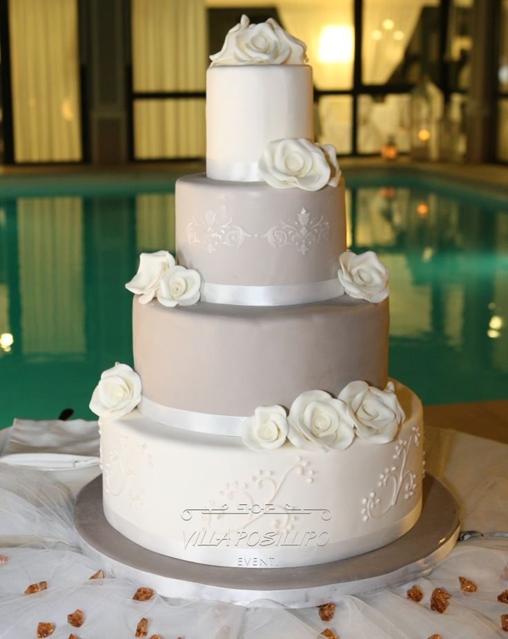 Torta nuziale a bordo piscina. La conclusione di un wedding day da sogno