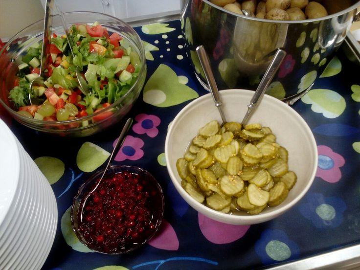 Perinneruoan lisukkeeksi keitettyä perunaa,puolukkahillo,suolakurkkua ja salaattia.