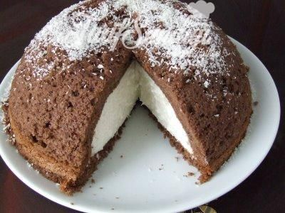 Malzemeler Keki için Yarım su bardağı süt 3 fincan toz şeker 1 paket kabartma tozu 2 adet yumurta 100 gram yumuşak margarin 2 yemek kaşığı kakao 3 adet muz Kreması için 2 paket krem şanti yarım su bardağı çikolata kırıntısı 1 paket krema sertleştirici