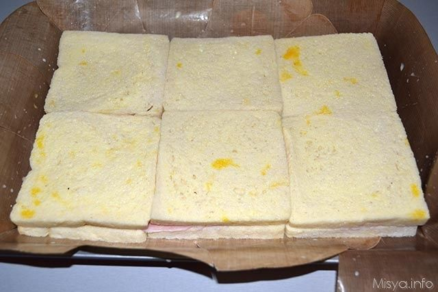 Pizza di pancarre Ingredienti per uno stampo da 33x28:  450 gr di pancarrè  200 gr di prosciutto cotto  250 gr di scamorza  2 uova  300 ml di latte  25 gr di grana  sale  pepe  burro
