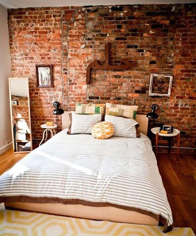 Mattoni a vista rossi in camera - Parete di mattoni rossi su parete dietro al letto