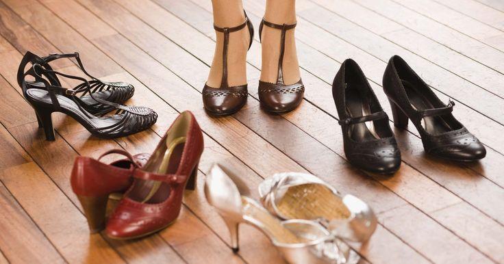 Quais sapatos femininos combinam melhor com shorts ou um vestido?. Ao decidir que sapato usar com shorts ou um vestido, determine a ocasião. Com esse tipo de roupa, os sapatos são muito mais visíveis e se tornam uma parte importante de mudar a vestimenta de elegante para casual. Simplesmente alterando o calçado, você pode mudar toda a aparência de uma roupa.