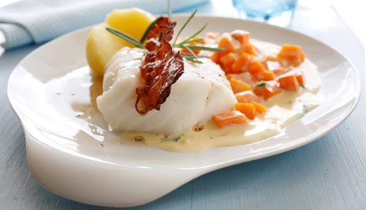 Kokt torsk med gulrotstuing og bacon