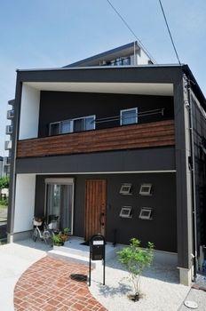 黒・茶色をベースとした色調にオシャレな屋根。周りの家と比べても際立つ存在感