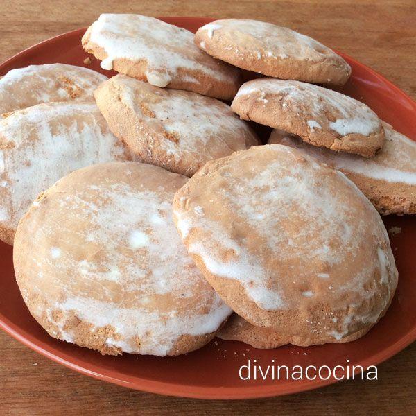 Para la elaboración de los mostachones: 5 huevos - 250 gr. de azúcar - 250 gr. de harina - ralladura de 1 limón – 1 cucharadita de levadura.