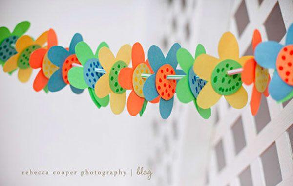 Guirnalda de flores para decorar el aula en primavera.