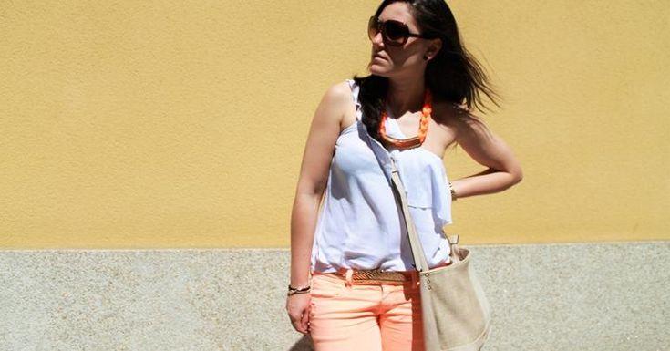 Cómo combinar unos pantalones peach o melocotón, ¡una idea fabulosa!