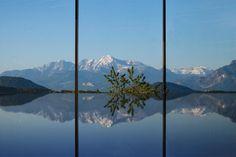 Vista panoramica dalla piscina al Romantik Hotel Gmachl ★★★★S - Austria · Salisburgo · Elixhausen #benessere #panorama #Austria #Salisburgo #SPA #wellness #hotel #relax #montagne