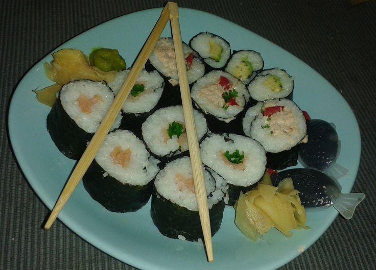 Sushi készítés házilag  http://www.noilogika.hu/sutes-fozes/receptajanlo-sushi-keszites-hazilag/