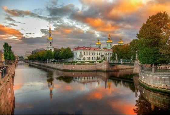 Крюков канал  Крюков канал в Санкт-Петербурге – один из старейших в Северной столице. Он пересекает Садовую улицу, канал Грибоедова и проспект Римского-Корсакова, улицу Декабристов и реку Мойку. И хотя длина его составляет всего 1,017 км., через него перекинуто 6 мостов.