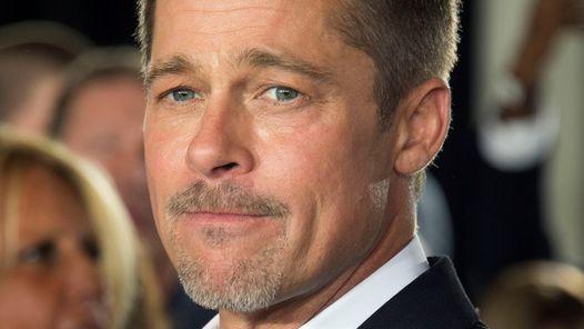 Brad Pitt está solo, triste y sin poder ver a sus hijos                              A raíz de la feroz batalla legal entre Brad Pitt y Angelina Joliepor la custodia de los seis hijos en común, el actor... http://sientemendoza.com/2016/11/24/brad-pitt-esta-solo-triste-y-sin-poder-ver-a-sus-hijos/