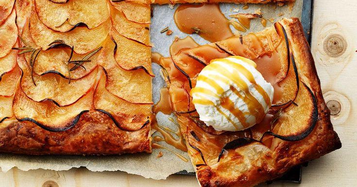 Sprød dessertpizza dækket af tynde skiver æble og drysset med sukker og rosmarin. En hyggelig dessert serveret med varm karamelsauce med et tvist af ingefær og en kold kugle vaniljeis til.