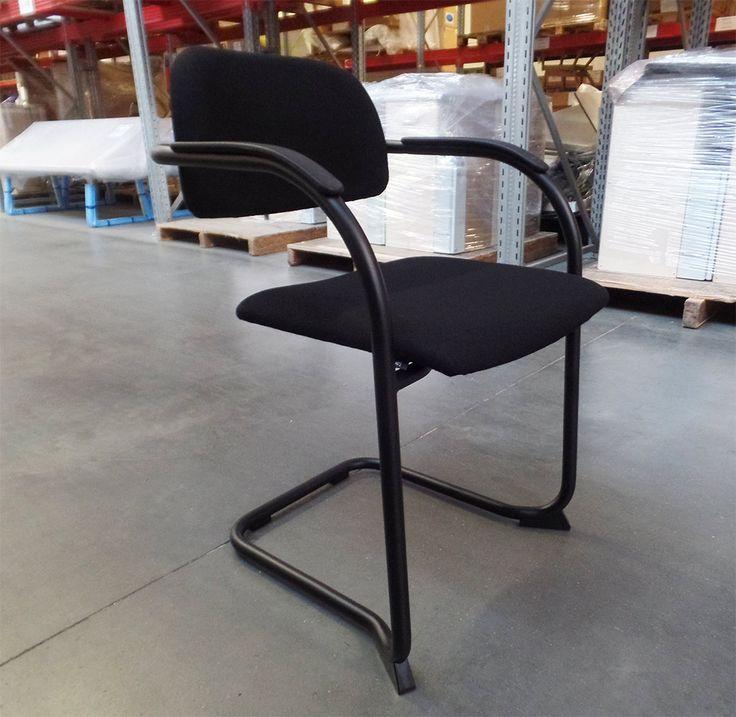 Een klassieker in stijlvol zwart. Onze klassieke retro stoel: Cole Classic. Gestoffeerde zit en rug in Gaja Classic 60999 van Gabriel. Slede frame in poedercoat Black. Meer Cole Classic op https://www.lande.eu/Collectie/Stoelen/Cole-Classic