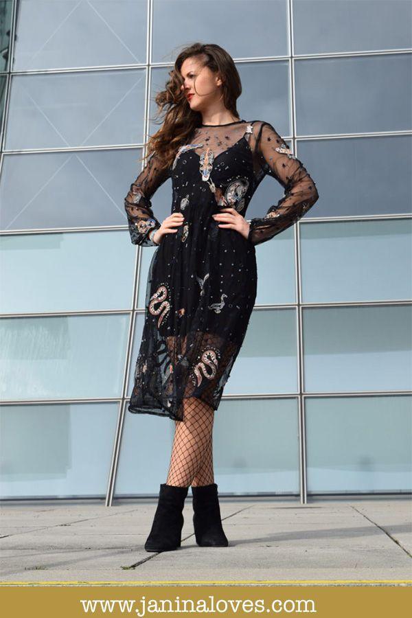 DAS perfekte Silvester Outfit: schwarzes transparentes Tüllkleid mit Paillettenverzierung und Glitzer. So bist du an Silvester der absolute Hingucker! Schwarzes, durchsichtiges Kleid von Zara mit glitzernden Pailletten. Dazu kombinierst du eine Netzstrumpfhose und Stiefeletten. So steht deiner perfekten Silvesterparty nichts mehr im Wege!