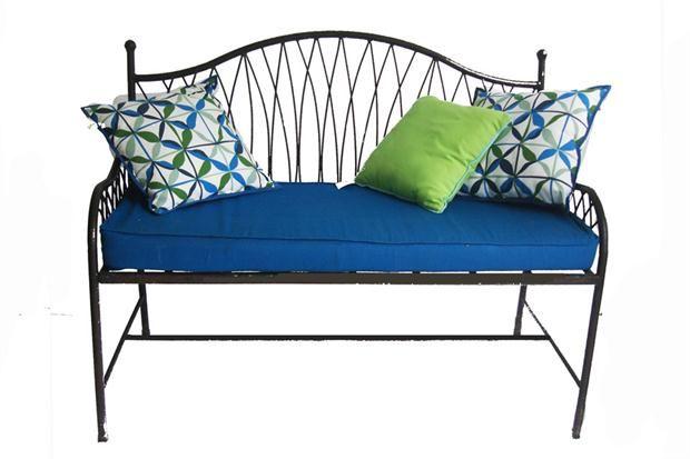 Un sillón mullido. Sillón de hierro, con almohadones tan mullidos como coloridos.
