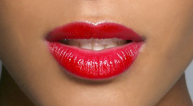 Si vous avez la peau naturellement dorée, osez le rouge vif, l'orange pop. Vous pouvez également jouer avec des rouges à lèvres couleur caramel, beige, miel ou encore légèrement brun.