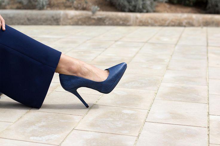 Zapato de salón de piel grabada de boa color azul con plataforma.  #zapatosalon #zapatosdesalon #tacones #zapatostacon