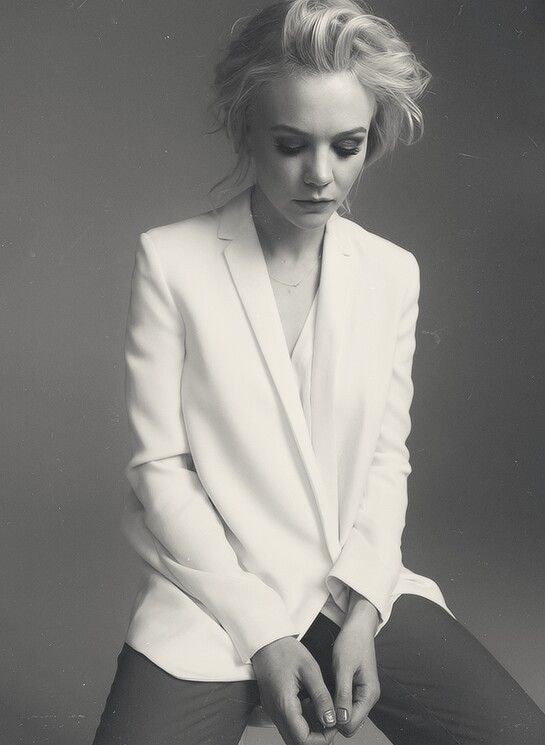 Carey Mulligan- white blazer. She is seriously an incredibly beautiful girl and an amazing actress. Love.