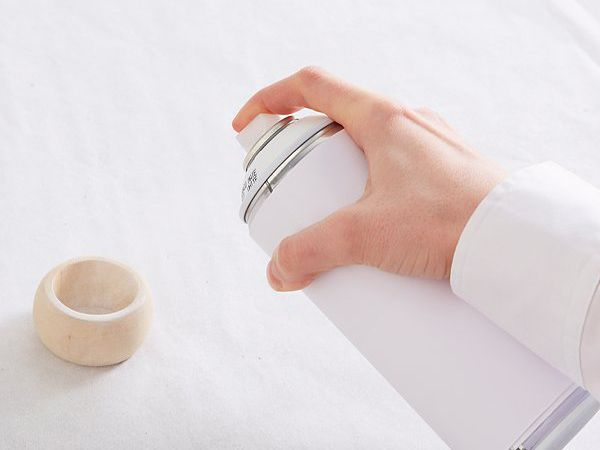 Passo 1) Começar aplicando tinta em spray, em abundância. Escolha a sua cor favorita. Coloque a pintura em spray aplique a tinta de forma uniforme. A seguir, deixe tudo secar.