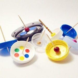 Arte del riciclo: trottole realizzate con i tappi di plastica