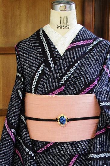 紺を深く重ねたような黒地にピンクと白の斜めストライプが、蜘蛛絞りや鹿の子絞りのような本絞りで染め出された総絞りレトロ浴衣です。