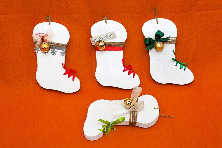 Cizmulite de Mos Nicolae, pentru agatat. Scandura de brad, noua, panglici, sfoara de canepa, clopotel, diferite modele. Inaltime: 21 cm. Pret: 25 lei. Idea, handpainted, handmade, wood, wood crafts, reclaimed, diy, decor, diyromania, shabby chic, Christmas, decorations.
