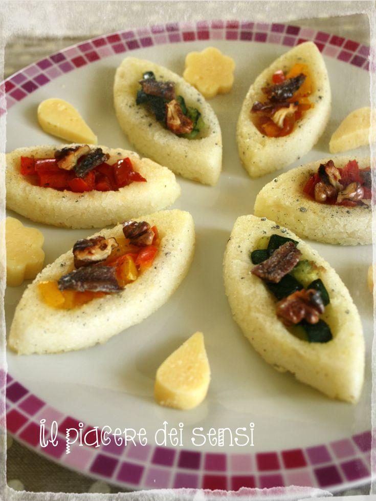Barchette di polenta con verdure grigliate, noci e acciughe http://ilnuovopiaceredeisensi.altervista.org/barchette-polenta-verdure-grigliate-noci-acciughe/ #happyflex #antipasto #peperoni #acciughe #aperitivo #ilpiaceredeisensi #ricetta #noci