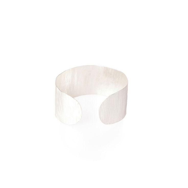 #Made Nyanusu zilveren armband Een nieuwe toevoeging aan de prachtige selectie van armbanden, deze Nyanusu manchet armband.  Lekker opvallend en stijlvol!  Met de hand vervaardigd uit messing, gemaakt in Kenia met liefde. Ongeveer 14cm omtrek. #ecofashion #fairtrade