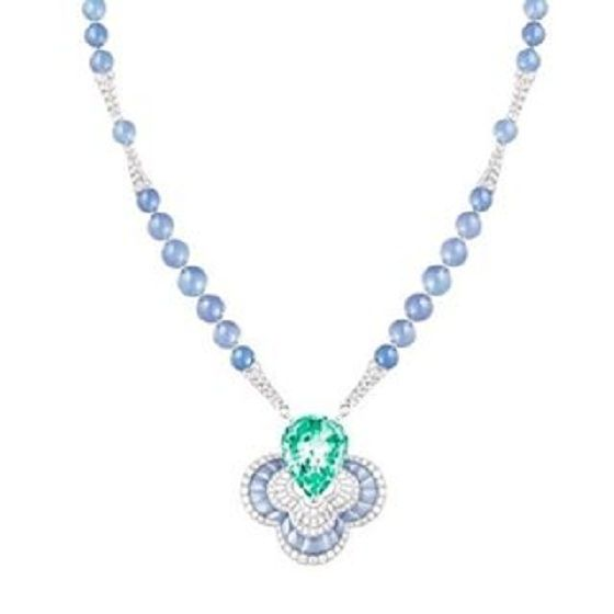itjewelry_yoonStunning 43ct #vanadium #greenBeryl and #chalcedony #necklace by #LouisVuitton 보기만 해도 시원! #루이비통 하이주얼리 새작품 #LVBlossom  베릴의 한 종류인 #에메랄드 는 보통 크롬(Chromium) 원소 때문에 녹색을 띤다. 그래서 50년 전만 해도 이 스톤처럼 크롬 대신 바나듐이 발색 원소인 경우 에메랄드라 부르질 못하고 그냥 #그린베릴 이라 불렀었다. 이제는 크롬이나 바나듐, 또는 둘 다 들어있으면 GIA 기준 에메랄드가 된다. (엄밀히 따지면 이건 아주 옅은 색의 에메랄드인데 뤼비통은 그린 베릴로 발표했다.  미국보다 #엄격한유럽 #엄격한뤼비통 ) #highjewelry #jotd #diamond #gemstone #beryl #emerald #목걸이