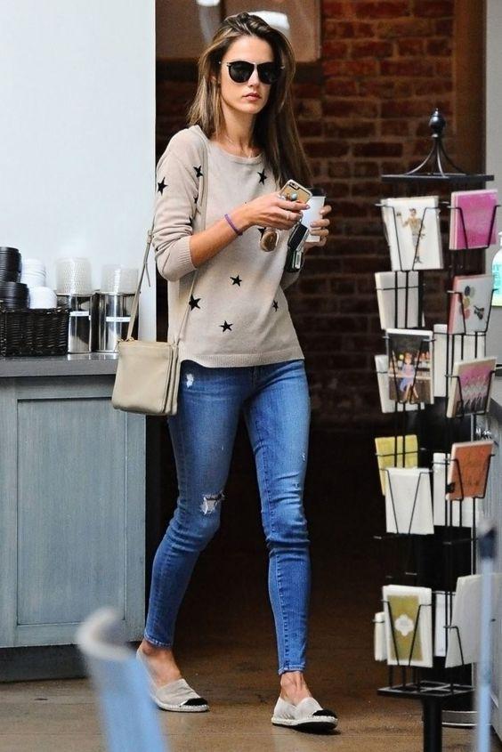 Suéter de estrela, calça jeans, alpargata cinza