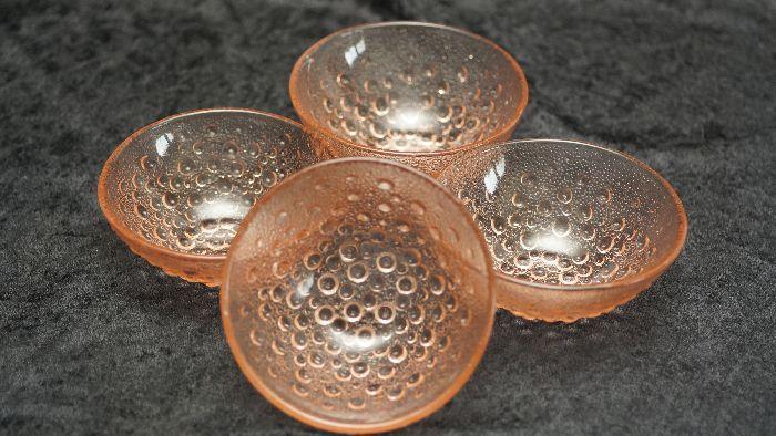 Komplet kompotierek /4 sztuki/, wykonanych ze szkła prasowanego, różowego przez polską hutę