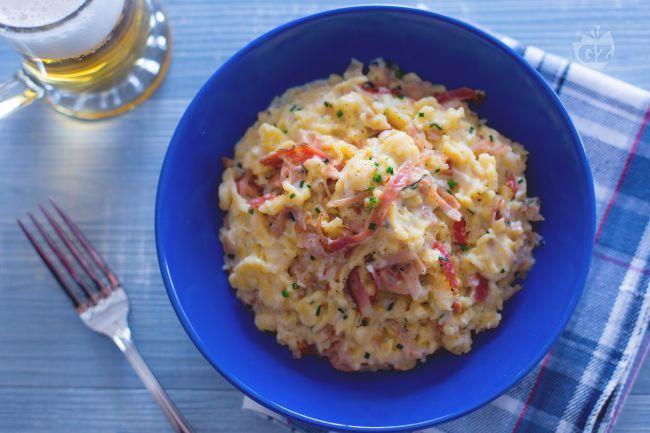 Gli spatzle panna e speck sono un primo piatto veloce e saporito realizzato con i tipici gnocchetti a base di uova e farina della tradizione tedesca.