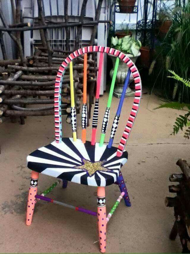 Nice stripe on back. Random polks dots.  Gepimpte stoel.