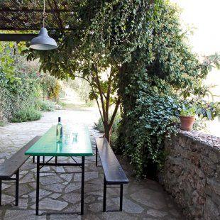 salle à manger d\\'extérieur en toute simplicité sous un jardin arboré et fleuris dans la chaleur de l\\'été