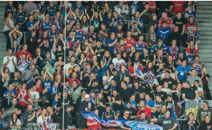 Fans der Adler Mannheim block 401 SAP Arena. 26.10.2014 Adler Mannheim-Krefeld Pinguine. Nord-West-Kurve