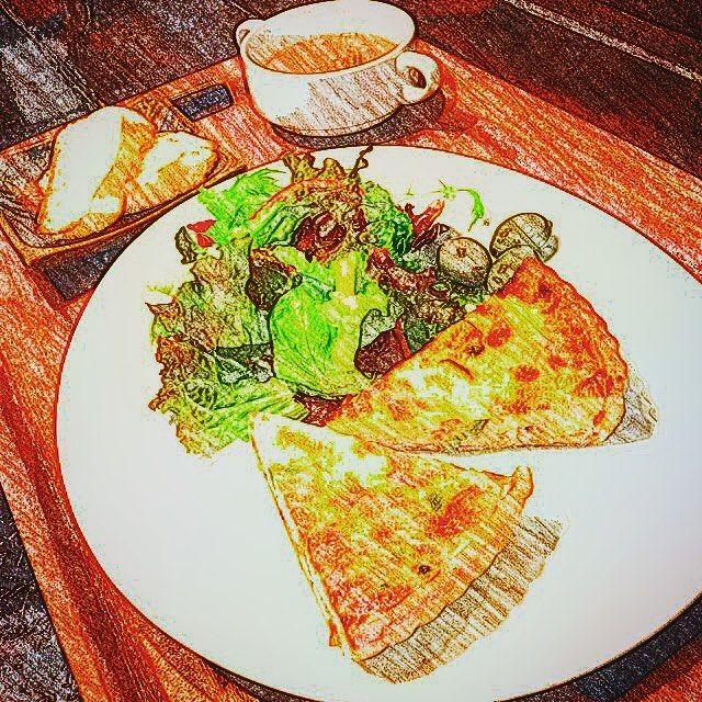 本日からランチメニューに新しく加わった日替りキッシュプレート❗️ サラダ、スープにバゲット、ピクルスもついて¥900❗️ 定休日の火曜以外は毎日ご用意してますよ〜‼️ 夜にふらっと寄って召し上がっていただくのも◎ 是非是非ご賞味あれ‼️ #自由が丘 #カフェ #ランチ #ハンバーグ #デミグラスソース #11月 #新メニュー #火曜定休 #お昼ごはん #肉 #生ビール #ワイン #おつまみ #肉カフェ #グリル #煮込み #カレー #スイーツ #デザート #ドルチェ #パティシエ #パーティー #酒 #シャンパン